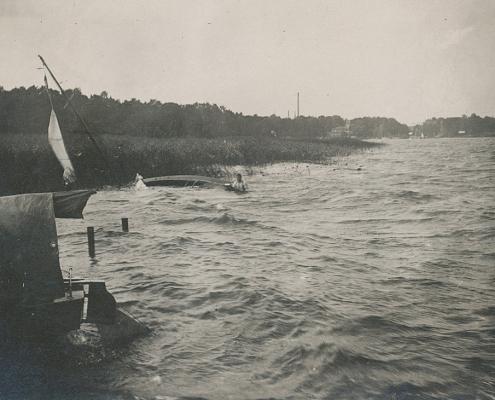 Während der Wettfahrt kenterten bei einem Unwetter 30 Boote in einer Böe