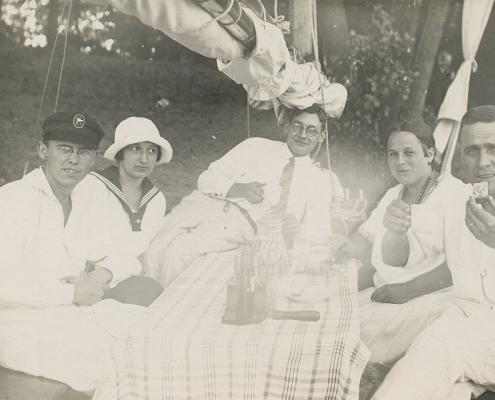 E. Schröter und B. Rennhack mit ihren Frauen und dem Bootspipel, Bürgerablage