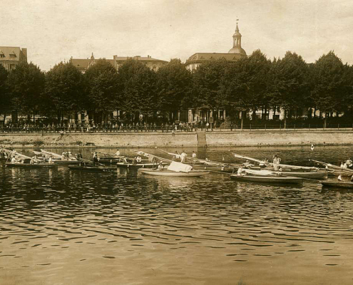 Schleppfahrt zum Müggelsee 1929, Lindenufer in Spandau (das Boot ganz rechts zeigt die Flagge der Freien Segler – roter Kreis auf weißem Grund)