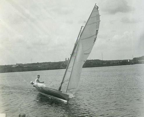 """Urlaub am Tornowsee, 15-qm Rennjolle """"Fridolin"""" von Heinz Albrecht (M 96)"""