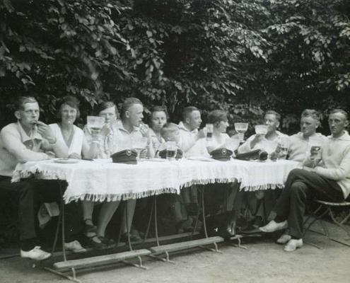 Urlaub am Tornowsee, die Urlauber von 1928 stärken sich
