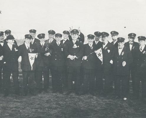 Mitglieder des WSV Nordstern in festlicher Schifferkleidung. Man trug Doppelreiher, Prinz-Heinrich-Mützen mit WSV-Mützenschildern und FSV-Emblem am Revers (roter Kreis auf weißem Rombus-Grund)