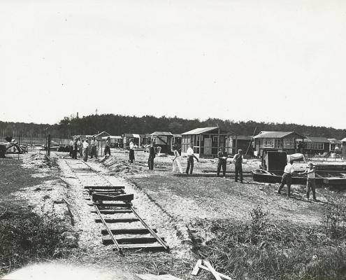 Die Zille mit dem Clubhaus wird ausgeladen, später wird es von der Jugend als Jugendhaus genutzt. Aus Kleinbahnschienen wurde ein Slipgang gebaut; re. Lauben der Wannseeaten