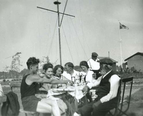 Am Kaffeetisch vor dem Bootsschuppen (links: Bernhard Nölte, rechts: Gärtnermeister Ostenbrügge)