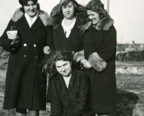 Freundinnen (Rechts: Emmy Reußner)