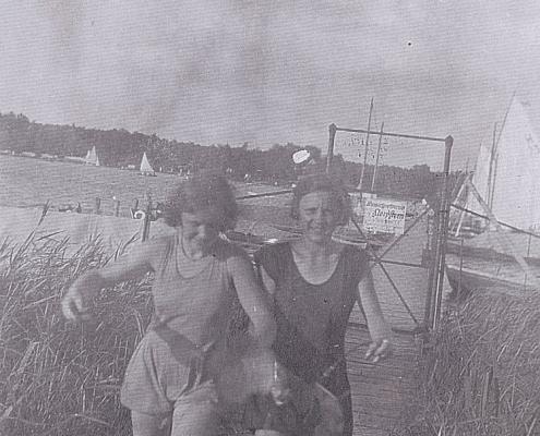 Sommer. Gerda Lietzke vorne (Mutter von Karin Rüttimann, geb. Ehrke), rechts Ursel Paulisch (Tochter von Wilhelm Paulisch, Ehefrau von Otto Schur)