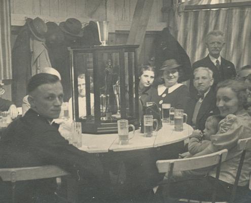 """Der Inhaber des Restaurants """"Der Falkenstein (Nölte)"""" bzw. """"Zum Falkensteiner (Kunze)"""" stiftete für den Freien Segler-Verband einen Wanderpreis, den """"Falkensteiner"""", der vom WSV endgültig gewonnen wurde und hier in der eigens von Tischlermeister Knoll erbauten, 8-eckigen Vitrine ausgestellt ist"""