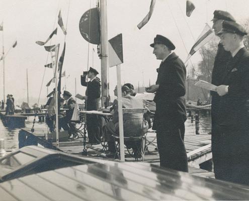 Startkommitee mit Hans Richter am Tegeler See (Steg vom Segel-Klub Nixe ist erkennbar). Mehrere Vereine nehmen teil.