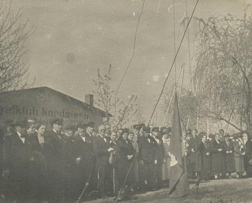 """Im Hintergrund ist die Hallenbeschriftung mit dem alten Namen ohne Bindestrich und Club mit """"K"""" geschrieben zu sehen (hier """"Segelklub"""", später ab ca. 1950 """"Segel-Club"""")"""