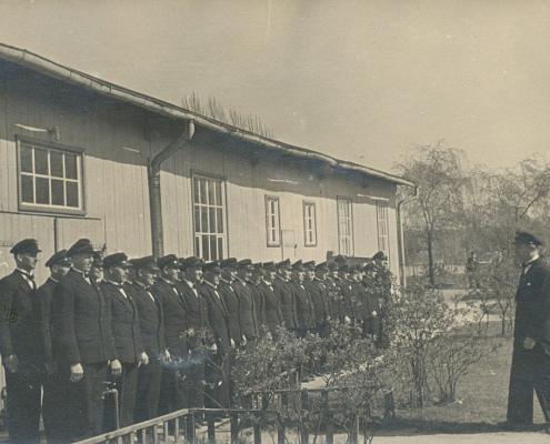 Vgl. Anmerkungen zu Bild 10 - Man tritt in Reih und Glied vor der Bootshalle an. Der 1. Vorsitzende des WSVN wird nunmehr Vereinsführer genannt.