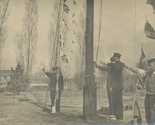 Vgl. Anmerkungen zu Bild 10 - Nordsterner mit dem Hitlergruß am Flaggenmast. Auch Kinder wurden verführt und mussten sich anpassen.