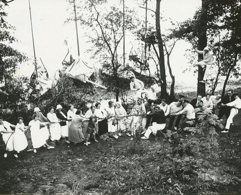 Männlein und Weiblein beim Tauziehen in Crampnitz