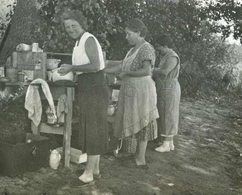 Urlaub am Tornowsee, beim Geschirr spülen