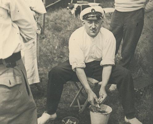 Wilhelm Paulisch beim Fisch ausnehmen