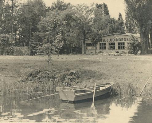"""Clubhaus von der Seeseite. Die neue Schreibweise wurde eingeführt - nunmehr """"Segel-Club"""", statt """"Segelklub"""""""