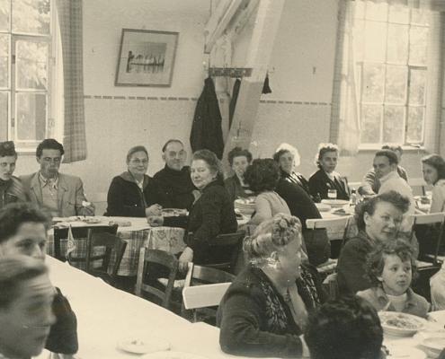 Feier in der Sommerkantine. Man saß, von der Seeseite eintretend, auf der linken Seite: Maria und Werner Kunze (oben li.), Martha Richter (unten mi.) sowie daneben Lottchen Segeletz und Renate Richter