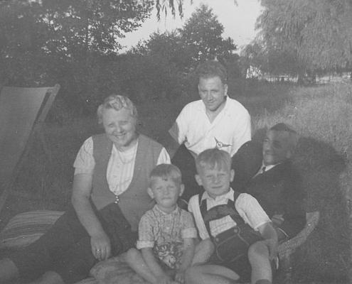 Großmutter Krüger, Manfred mit Freund, Kurt Richter und Großvater Krüger