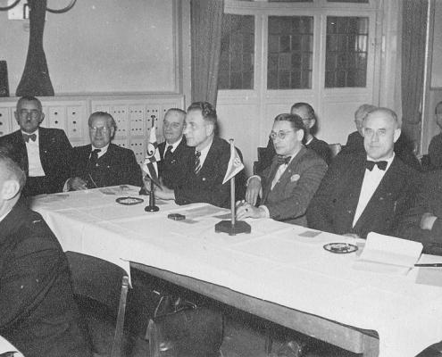 Kurt Richter (li. neben SCN-Flagge), Bernhard Nölte (re. neben SCN-Flagge), vermutlich auf einer Bezirksversammlung