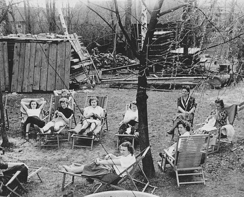 Strickkränzchen der Nordsternfrauen, im Hintergrund gestapelt die Stegbeläge zum Antrich mit Holzschutzmittel