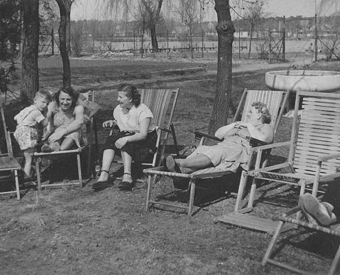 Manfred Richter, Hilde Richter, Elfi Wollinger und Oma Martha Richter (Strickrunde)