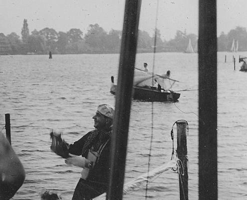 Renate und Kurt Richter, im Hintergrund großer Dalben für Holzflöße, im Mittelgrund Takelpfahl zum Anbringen der Segellatten