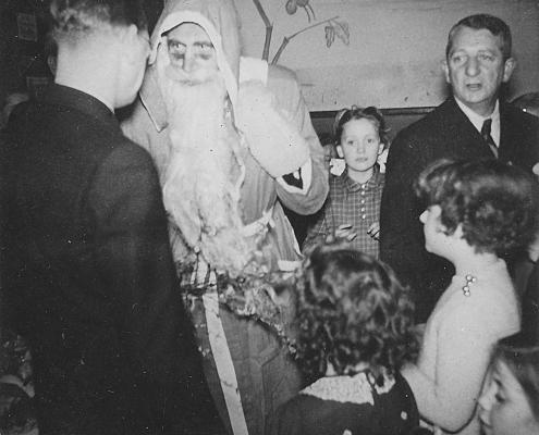 Weihnachten - Bernhard Nölte begrüßt den Weihnachtsmann (Kurt Richter), Renate Richter mit Heidi Schäfer (vorn re.) und Erich Karge (hinten re.)