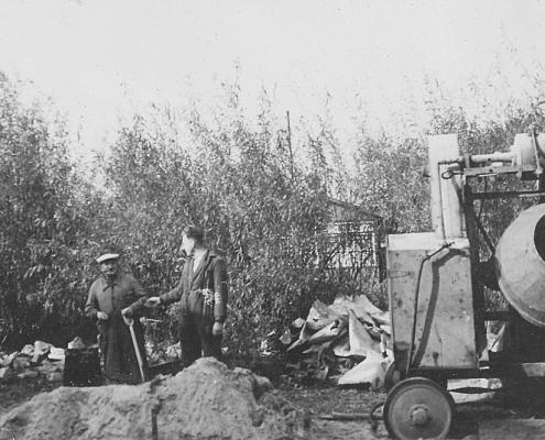 Kurt Richter (Mitte) beim Zementmischen