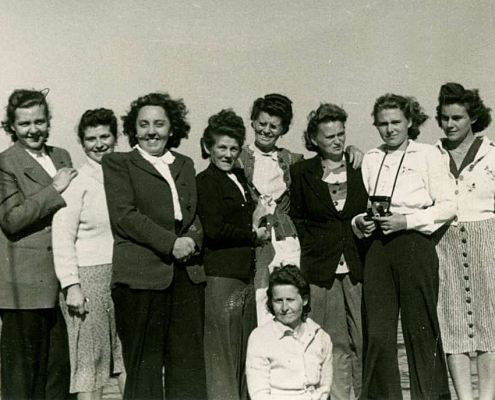 Frau Malicha, Emmy Reußner (4. von links), Frau Ribbek, Frau Buschow, Frau Mohneke (knieend), Ruth Winkelmann, Ruth W. Gabriel