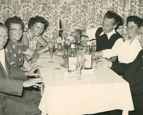 """links Albert Reußner (""""Onkel Abla"""") in geselliger Runde (im neuen Clubheim)"""