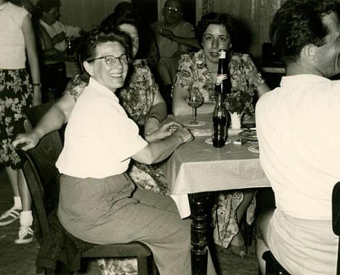 Werner Kunze, rechts mit dem Rücken zur Kamera (im neuen Clubheim, lackierte Barackenwände sind noch sichtbar)
