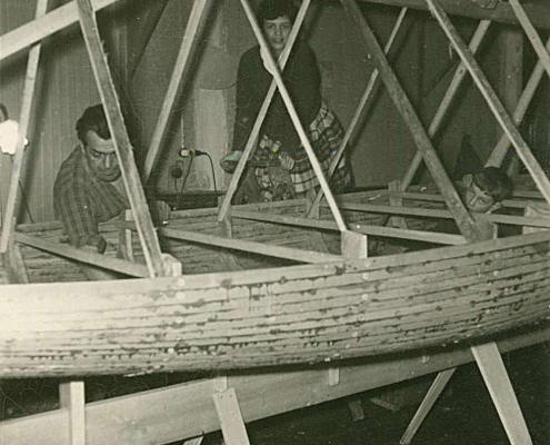 Erwin Walf und Renate Richter beim Finn-Bau im Berliner Zimmer