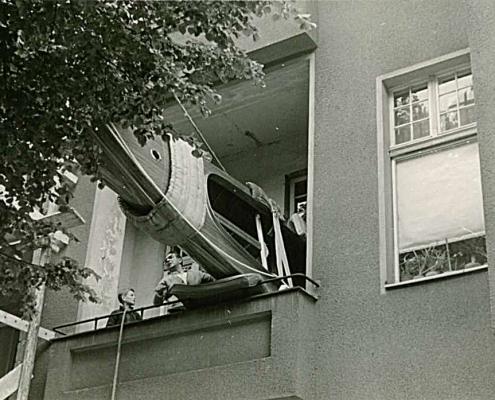 Das fertiggestellte Finn wird vom Balkon abgeseilt