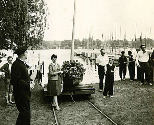 """Bootstaufe des Finns """"Puck"""" (Renate, Kurt und Manfred Richter, links Bernhard Nölte, rechts außen Erwin Walf)"""