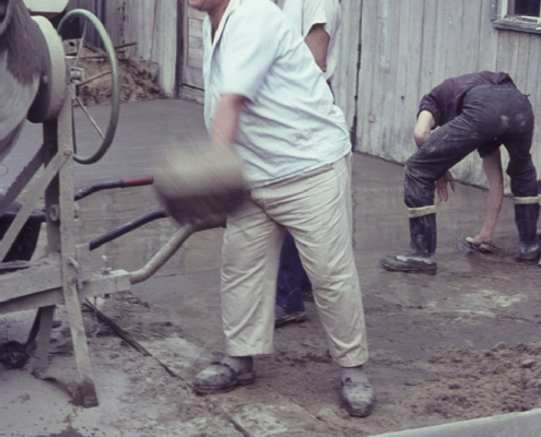 Vereinsarbeit: Peter Tietsch beim Zementmischen für den Betonboden des Bootsschuppens
