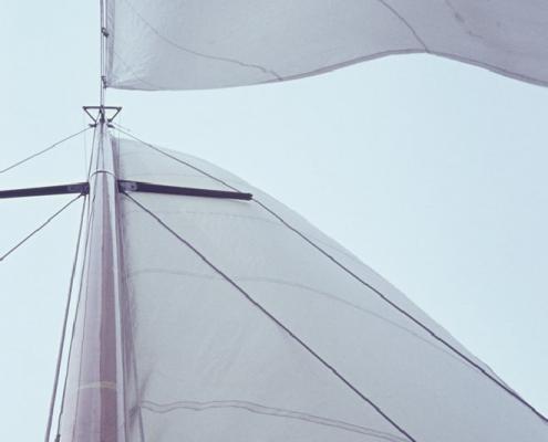 Mast mit Segel und Fock